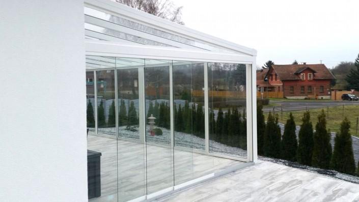 Terrasse mit Glasschiebewänden