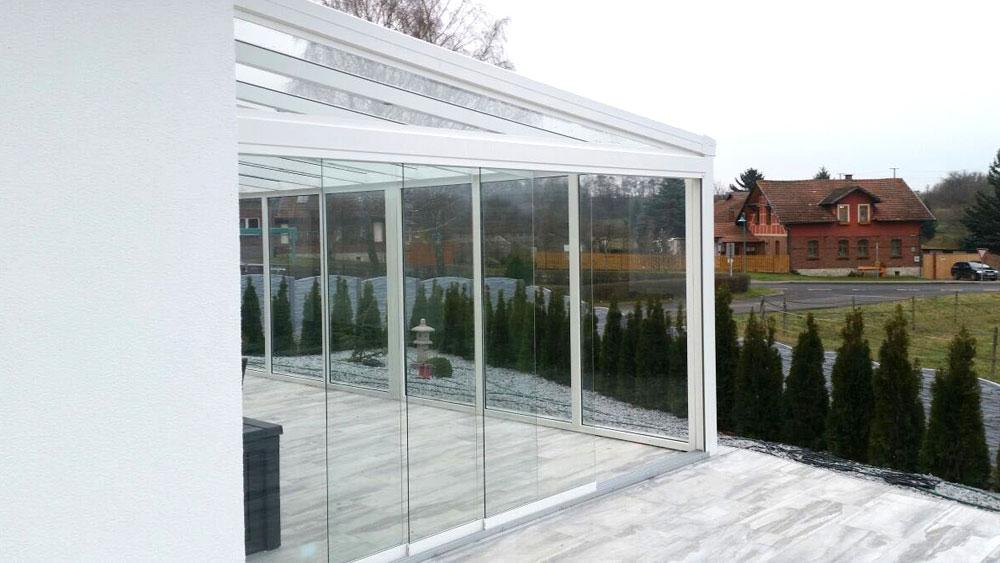 Überdachung mit festen und verschiebbaren Glaswänden