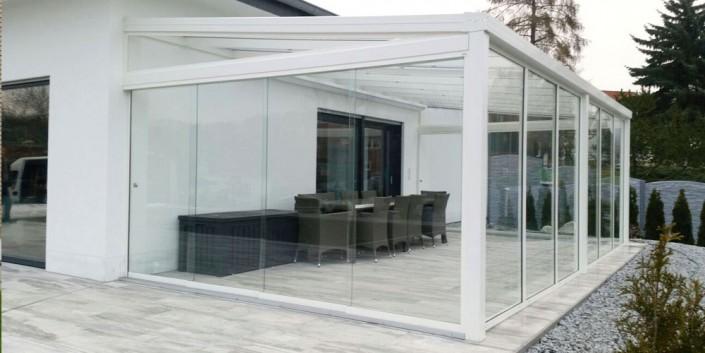 Überdachung Alu Weiss mit festen und schiebbaren Glaswänden